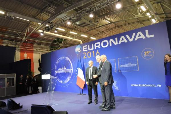 ECA-GROUP-EVENT-EURONAVAL 2016-remise trophe.jpg